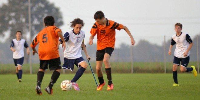 In campo senza una gamba: la sfida di Francesco, primo caso in un campionato giovanile di calcio